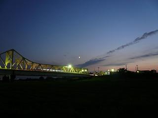 長生橋と月と夕闇